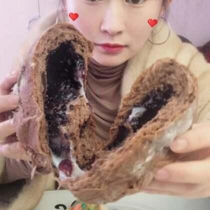 昨天又录了一个吃滴#吃秀##热门##阿婷食光记#这两个面包没一个好吃的😂