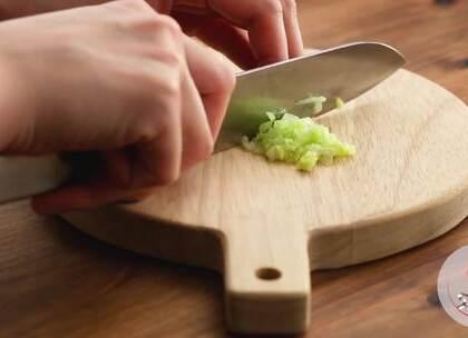 7-8个月辅食:肉厚刺少的鳕鱼搭配清甜可口的胡萝卜和白菜,口感细腻、味道鲜美,为宝宝补充蛋白质和纤维素、维生素!#宝宝##我要上热门##美食# @美拍小助手 贝贝粒,让育儿充满欢笑。