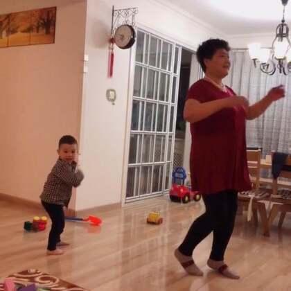 晚饭后 迈开腿 动起开 姥姥的广场舞走起 Ethan跟着打酱油😜😜#广场舞##跳舞##热门# 姥姥想教我 跟着学了两下 总结说我没有舞感 说小哥跳的比我好😂🤩