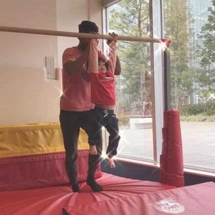 #小团子#每周的体操培训班,锻炼身体要从小抓起😊#混血萝莉#