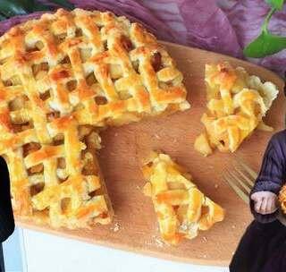【苹果派】好吃的苹果加上酥脆的饼皮,就做出了完美的苹果派~宝贝看的动画片里,苹果派可是超级美味的食物,这次是手把手教她做哦~材料具体的克数在片尾哦!#宝妈享食记##美食##宝宝#本期福利https://college.meipai.com/welfare/f24d6362aba5c612 还有三个多月宝贝就满5岁了,以后会慢慢放手让她自己做一些吃的哦!