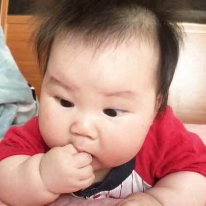 手指+口水=顶级美味!每天吃手指吃到叭唧响,吃得那么认真严肃!虽然我们不会翻身,但也要做一个灵活的胖纸!#宝宝##Nono3m#