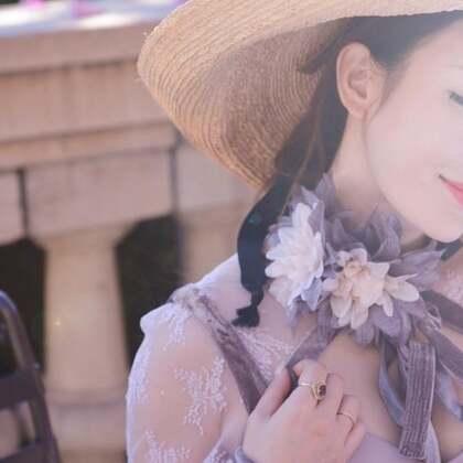 胸前的镂空设计很有韵味,颈部的丝绒蝴蝶结系带,配上花朵,将温婉的公主风豪华演绎。 特别值得一提的是颈部可以拆卸的手工花朵!!!是特意去双色染色定制的!非常素雅的梦幻紫色和甜美的杏色,一共两朵!