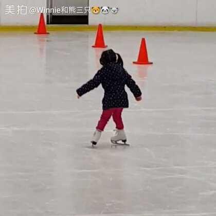 小童初学班三级第一课:正葫芦滑,单脚平衡,左右内刃。最后一段是哥哥。哥哥以后学会还是去打冰球或短道速滑吧,耐心不够每次都是图快😥😂 #宝宝#