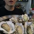 深夜补一补...😂北方货个头小,适合直接清蒸,味道稍微有那么一点点咸;南方货,个大,适合剥开做蒜蓉粉丝...要是单从肉的大小来说,肯定是北方牡蛎性价比高啦!毕竟这玩意壳重...😂可依据个人需要自由选择...👻#吃秀##热门#