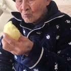#吃苹果#厉害我的爷,我说把苹果给他切成小块他不愿意,他说他咬得动,哇塞我听到咬得嘎蹦嘎蹦脆👍。#我要上热门@美拍小助手##102~103岁爷爷#