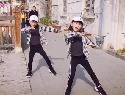 #双胎姐妹欢欢乐乐#库存(七岁二个月)成人寒假高级班集训#舞蹈#,记录一节课的成果。寒假太短日常安排挺满的,姐姐因为喜欢坚持要拍,妹妹不甘落后也在努力,并肩共进。歌名#Body Smile#,韩国编舞大师#Junho lee#授课。又到周末了祝#宝宝#愉快!❤️❤️