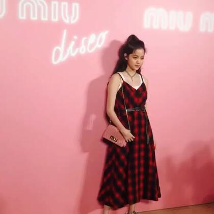 欧阳娜娜这一身裙装,太种草啦~#欧阳娜娜##miumiu#
