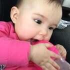 #宝宝##精选##荷兰混血小小志&柒#用个吸管杯还要这么瘫在我身上喝,刚午睡醒来不肯自己躺着,要我抱!柒的鹅口疮,昨天用一次药,今天几乎都好了,药剂师推荐好了再坚持用一周左右!