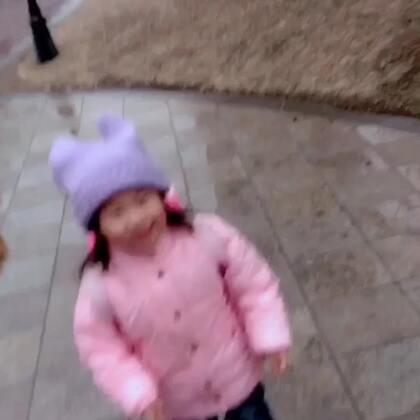 今天下大雪~这小孩抑制不住内心的喜悦,发出了杠铃般的笑声😂😂😂#宝宝#