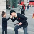 偶遇一位街头表演的叔叔,momo害羞的表情真的是太搞笑了 #宝宝##momo在成都#