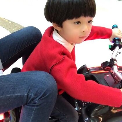 #年年和妈妈##年+四岁##宝宝#不要怕,老司机带你飙车去🤪