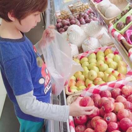 #中英混血兄弟##逛超市##买零食#哥俩做完作业,去超市买些水果和零食!😄