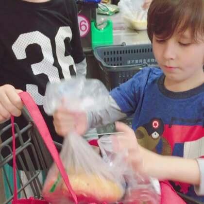 #中英混血兄弟##逛超市#我负责买单你们负责装袋😜……