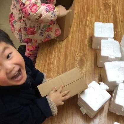 #精选#小宝每天帮我打川贝柠檬膏,现在折盒子比姐姐还厉害,每次我发货两个宝贝都要比赛谁折盒子比较快。