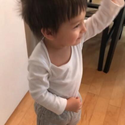 哈哈!小查理你在干嘛啊?回答!练拳击呢!之前看过一部喜剧,是打拳击,之后他就学会这样啦!不过人家不是举那么高的吧😂😂😂#宝宝#