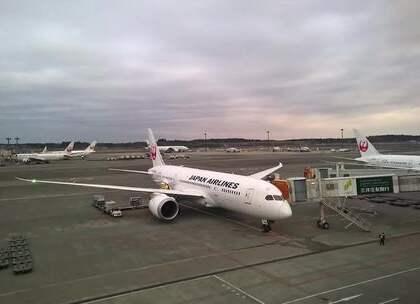 【日本最牛钉子户,挡住飞机跑道拒不搬走,机场40年都不敢夜飞!】位于日本的成田机场是日本最著名的航空港,但这个机场的建设却不是十分顺利,居然有钉子户就刚好挡住了跑道,飞机不得不因为他们绕道,可以说他们才是世界上最牛的钉子户,不过在2012年已经拆除。#旅行##机场##日本#