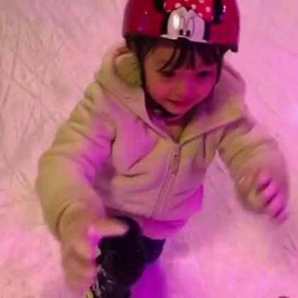#宝宝##梨涡妹妹金在恩#周末的滑冰日❤️带孩子们一起去滑冰喽!第一次滑冰的在恩表示玩的好开心😊晚安💤