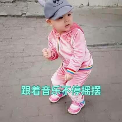 溜达看一家药店开业,#小缘宝#到人家门口就跳开了😂也不给出场费,跳这么卖力呢#宝宝##音乐##宝宝跳舞#