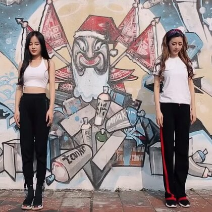 俩妹子跳最近超火的菲律宾大学舞蹈魔性尬舞,完全看到停不下来!#i like 美拍##精选##舞蹈#@弯媚媚 @172雪球🌹 @舞蹈频道官方账号