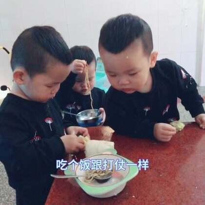 老幺自己吃完了爷爷去给盛、几秒钟都等不了还要去吃哥哥的#宝宝##精选#