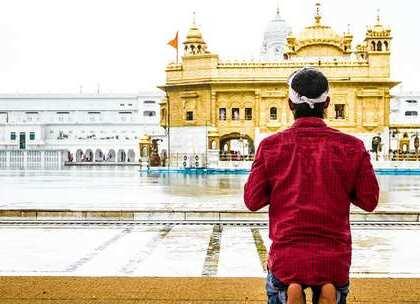 【全球最大免费食堂:每天10万人免费吃喝,什么原因让它如此慷慨?】阿姆利金庙是印度锡克教最大的一个寺庙,位于印度边境城市阿姆利则市中心,整座金庙的建造就花费了750公斤黄金,这里还有一个免费食堂,每天24小时不间断供应食物,吸引了不少游客。#旅行##印度##寺庙#