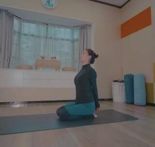 借助伸展带和瑜伽砖来修复体型,产后妈妈身材走样不再怕#瑜伽##健身##运动#