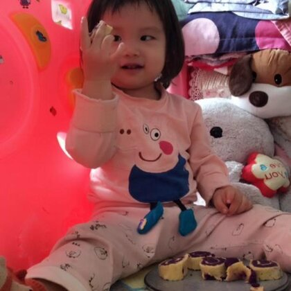 蔬菜紫薯卷配绿豆粥。她很喜欢。你们喜欢她吗哈哈。给个小赞吧#宝宝##i like 美拍##我要上热门@美拍小助手#