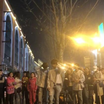 《没有明天》江汉路路演版,隔了半年相见没有排练直接街头配合,默契依然在~喜欢草马夫妇的在哪里!让我看到你们的小心心#没有明天#@刘潇雄_WINO