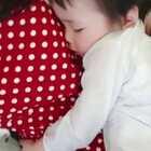 #馒头三亚行#下午5点我把馒头带出来,在飞机上他抱馒头多,给爸爸安静小补一觉。我推着馒头外面逛,出门坐车孩子也累,没一会馒头也睡着了。然后我找了一家奶茶店坐下来❤#宝宝##馒头和妈妈#