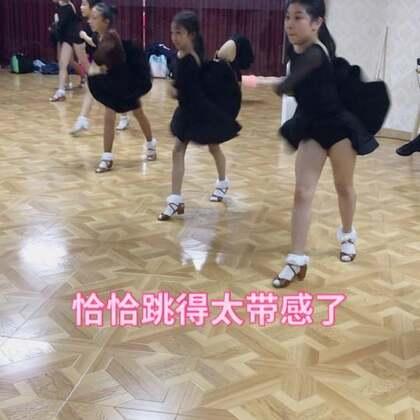 上海圆梦舞蹈:为什么我看我们孩子们跳拉丁视频,同一段视频可以看上几十遍呢?😂日常训练恰恰。#少儿拉丁舞##上海少儿拉丁舞##我要上热门#
