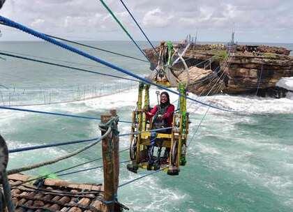 【世界最危险景点之一,手动缆车过100米海峡,你敢尝试吗?】海岛旅行是一年四季的主旋律,而东南亚丰富的海岛资源,成为了很多游客旅行的第一选择,印尼爪哇中南部特区有一个奇特的旅游景点,依靠人力在拖拉的木质缆车。#旅行##缆车##海岛#
