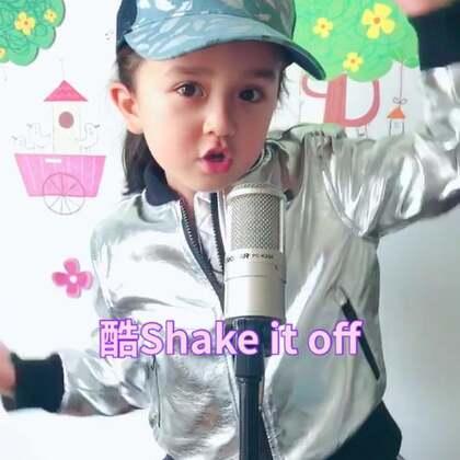 """哇,Eva这身装扮还有这歌也太酷了!有些Rock啊!😄最近学唱""""Shake it off """"#精选##宝宝##音乐#"""