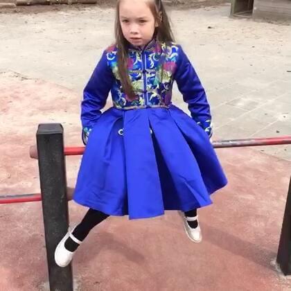一年一次的学校拍照,就在今天,所以昨天妹妹就说了,今天需要打扮漂亮,要穿这裙子,发型面熟了一个大概,我并没明白,但是,她的重点是不要全部扎起来!真是越来越难伺候肯定!小人精!#宝宝##混血宝宝##好物推荐#哥哥周四拍照,那天让他穿衬衫吧!