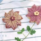 今天是个简单的花朵造型馒头,感觉很应景,在这春暖花开,万物复苏的季节。看着心情都很舒畅,心情好了自然就多吃2口~ 花朵馒头看着貌似复杂,和下面这个刀切馒头花差不多的时间,哪天你做馒头的时候,可以试试这种做法。#精选##美食##一日五餐辅食#