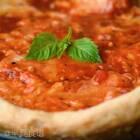 披萨饼起底的一刻,味蕾瞬间被香浓的马苏里拉奶酪打开,再加上罗勒的清新、番茄的酸味,完美的自制披萨尽收眼底👻👻#美食##我要上热门##半夏食谱#