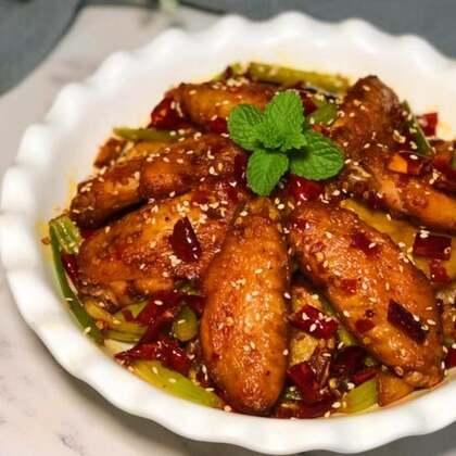#美食#讲真的鸡翅这样做菜绝对光盘行动,我一个都没留给老邱,自己全吃光光了。😂老实告诉你们鸡翅准备8~9个是不够的,怎么滴液压18~19个才够。(配菜大家可以自由搭配,如:黑木耳、花菜、莴笋、黄瓜……等等。)#云朵的食光记##家常菜#