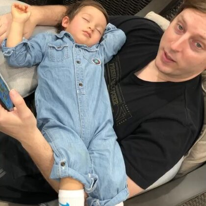 爸爸刚说小查理眼睛动啦,可能要醒啦!小查理就醒啦!不过他不喜欢被吵醒!可能因为我们讲话,把他吵醒,所以他不开心。#混血宝宝#