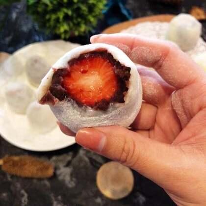 #美食##草莓大福##奥利奥雪媚娘#草莓大福不愧是网红甜品,真的超级好吃啊,豆沙和草莓搭配起来好好吃啊,再配上糯糯的糯米皮,真的是好美味啊,我还做了奇异果大福、奇异果雪媚娘,都好好吃,自己做奶油想放多少就放多少,好满足啊!大家赶紧动手做起来吧!