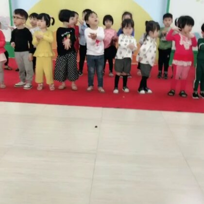 #i like 美拍##宝宝#幼儿园小小舞台,诗子有点蒙蒙的,开始一直站着😌蹲在一角拍怕她们看到我跑过来,太紧张了……😀
