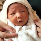 小文哥刚洗完澡,看样子很享受啊~😜也许宝宝现在在想:你谁啊?你怎么老是在我面前咕哝什么鸟语听不懂啊?烦不烦啊?然后给一个白眼,最后打了个哈欠说,本宝宝累了要睡觉……😁#热门##搞笑##宝宝#