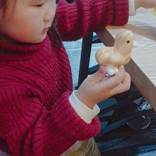 买了一个小鸭鸭的盲盒逗闺女玩,让她自己选择的,直接开出了隐藏款,我在考虑是不是以后的盲盒都由闺女帮我选了#拆盲盒##芥末巧克力#