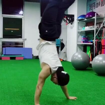 #维度健身工作室#倒立行走,有益健康!#运动#