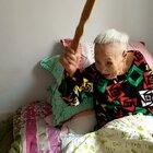 奶奶这是想唱哪出戏啊?😂#热门##搞笑##自拍#计划等欢欢出月子就接奶奶回家,大家不要觉得文哥喜新厌旧,有了孩子就不要奶奶了哈!😂
