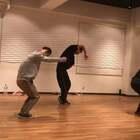 #舞蹈# 去日本????上了一节Maakun的Hiphop课。很神奇,我们在新加坡认识,去日本又见面了。嘿嘿嘿?;疑路男『?,我特别喜欢他?。?!很棒???? 超级开心?? @SINOSTAGE舞邦 @美拍小助手