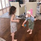 #宝宝# 姐弟俩的饭后活动,哈哈哈😄最近大家有没有坚持运动啊?记得来打卡,让我看到你的努力啊💪 点赞在评论里抽一位宝宝琥珀耳环!么么哒!