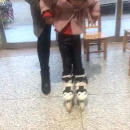 #宝宝#第一次穿溜冰鞋她奶奶在教她