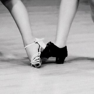 #舞蹈#成长路上,一路倾听花开的声音,真情凝聚芬芳的足迹,宝妈摄于课堂(宝儿和她的朱老师)