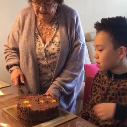 每年,婆婆生日我都会叫她来吃饭,有的时候是提前,因为她生日当天其他孩子也要去恭喜她!今年的生日礼物,是辣妈第二次亲自做的,之前有一副十字绣,婆婆也很喜欢!老人家有的时候真的很容易满足!用心做,就是最好的!#宝宝##周一日常##荷兰生活#