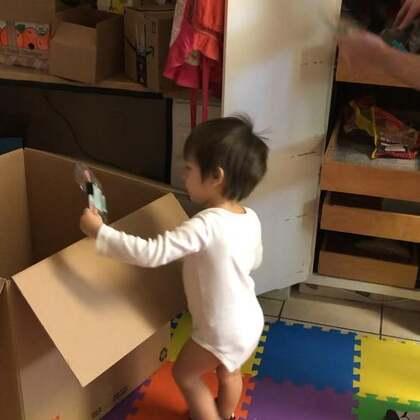 今天搬家!小查理也帮我们打包搬东西!好棒啊!快给小查理点个赞👍#混血宝宝#